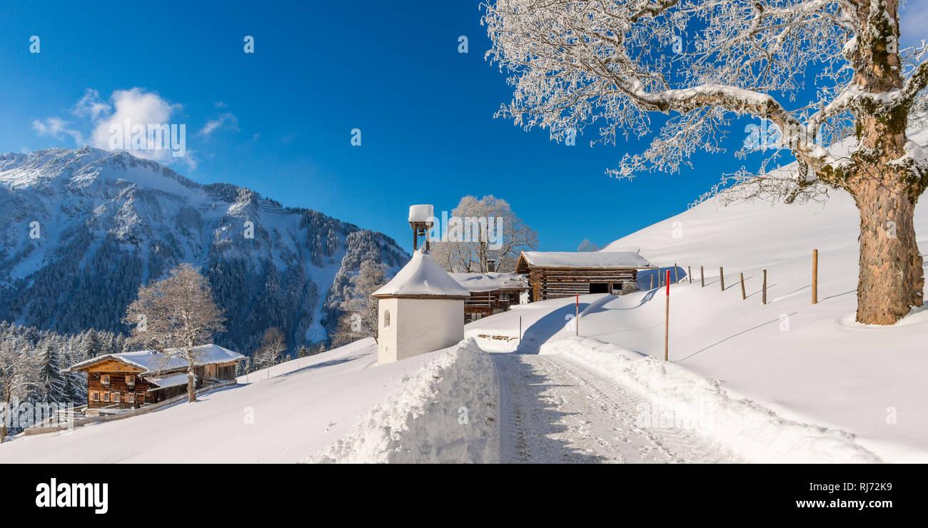 Gerstruben, ein ehemaliges Bergbauerndorf im Dietersbachtal bei Oberstdorf, dahinter der Himmelschrofen, 1791m, Allgäuer Alpen, Allgäu, Bayern, Deutsc Stock Photo