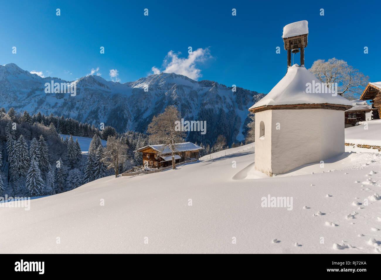 Gerstruben, ein ehemaliges Bergbauerndorf im Dietersbachtal bei Oberstdorf, dahinter der Himmelschrofenzug, Allgäuer Alpen, Allgäu, Bayern, Deutschlan Stock Photo