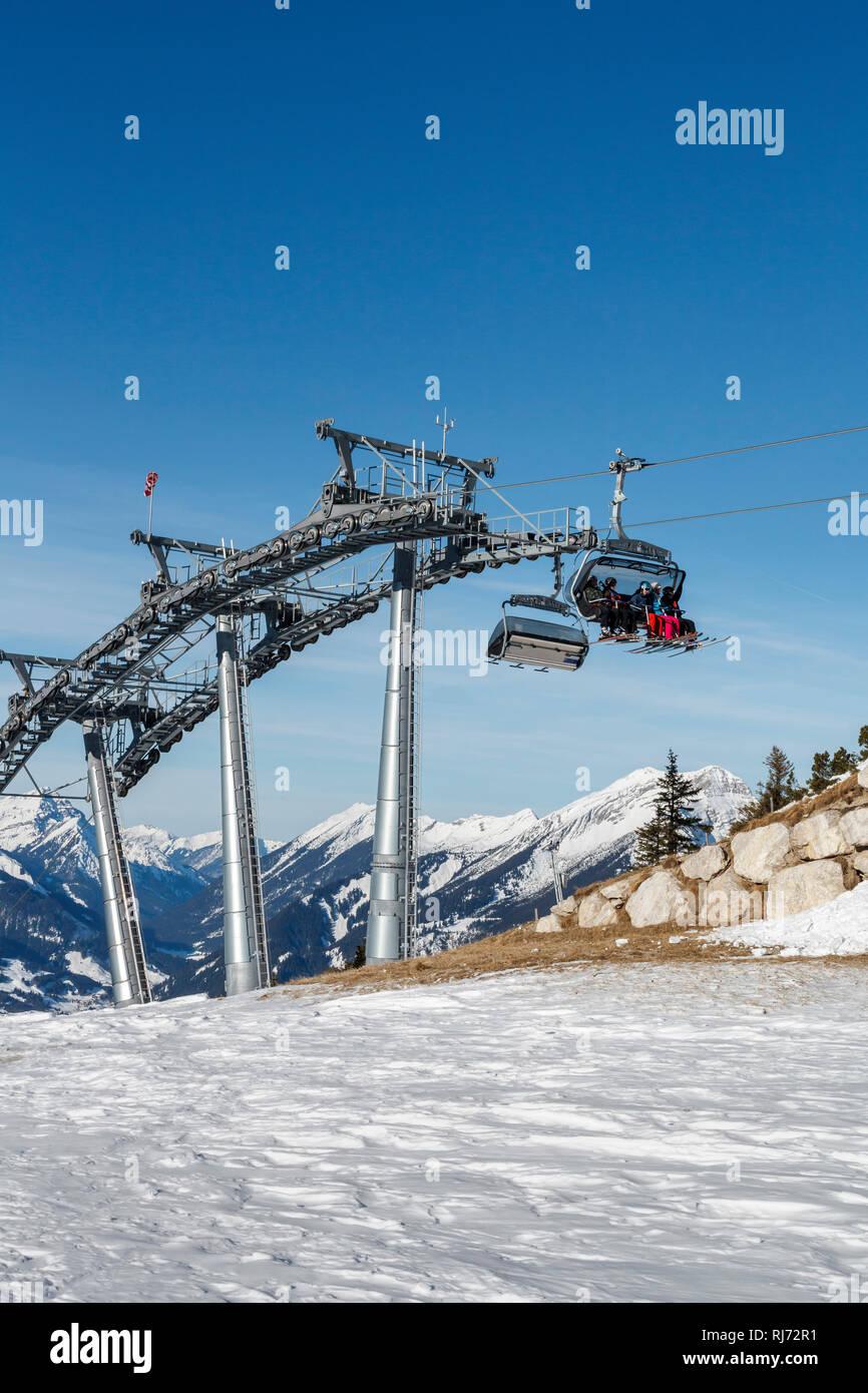 Bergkulisse, Gondeln und Mast eines Sessellifts, - Stock Image