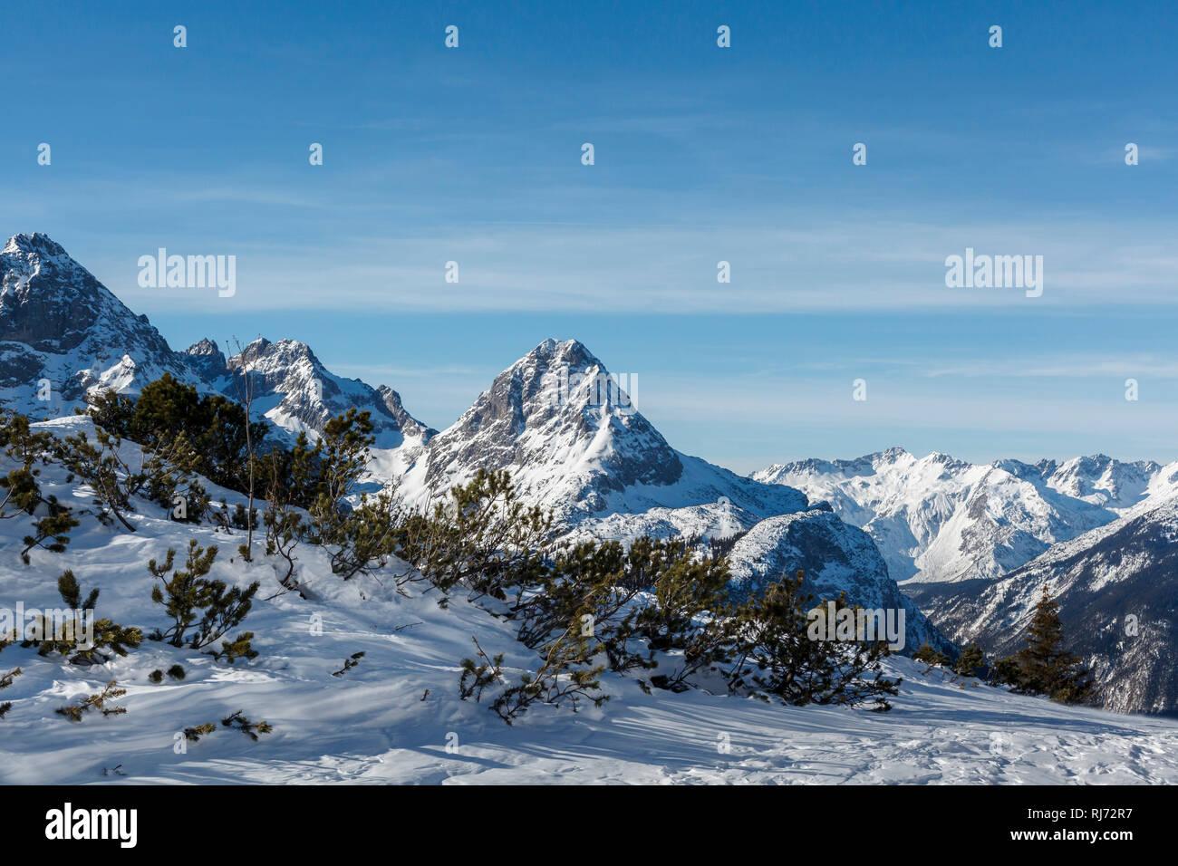 Blick in die Berge, schneebedeckte Gipfel der Alpen, - Stock Image