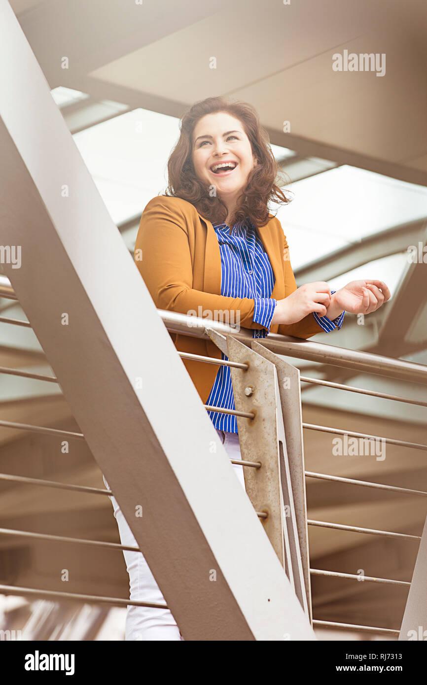 Frau, lächeln, Geländer, - Stock Image