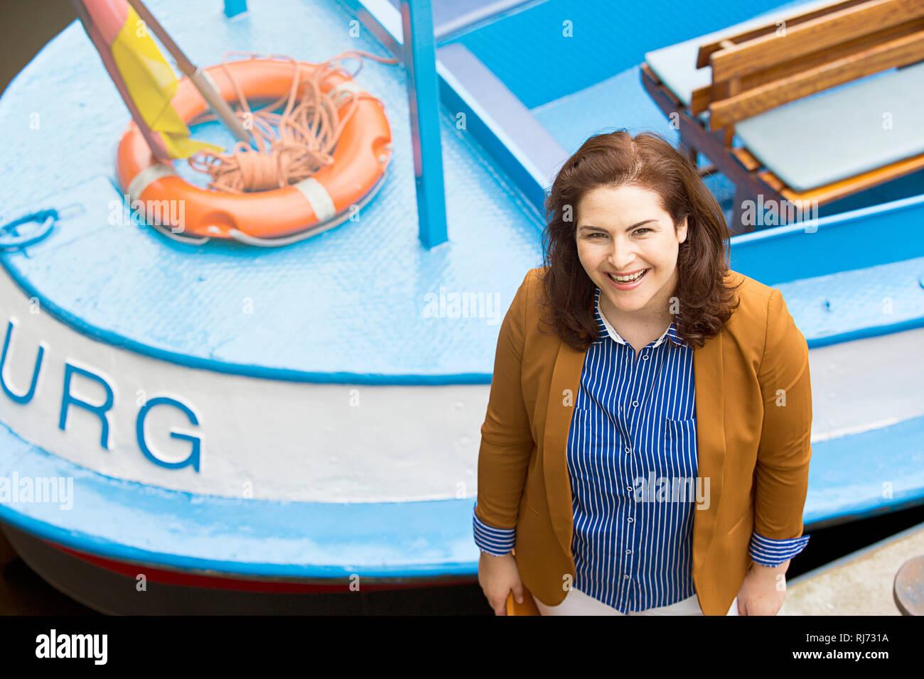 Frau, lächeln, Hafen, Boot, Detail, Halbporträt, von oben, - Stock Image