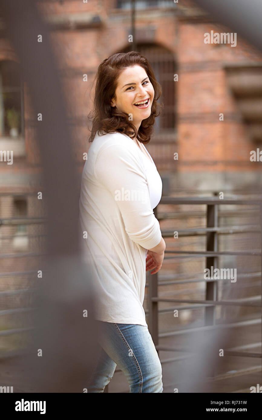 Frau, fröhlich, Brücke, gehen, Unschärfe, - Stock Image