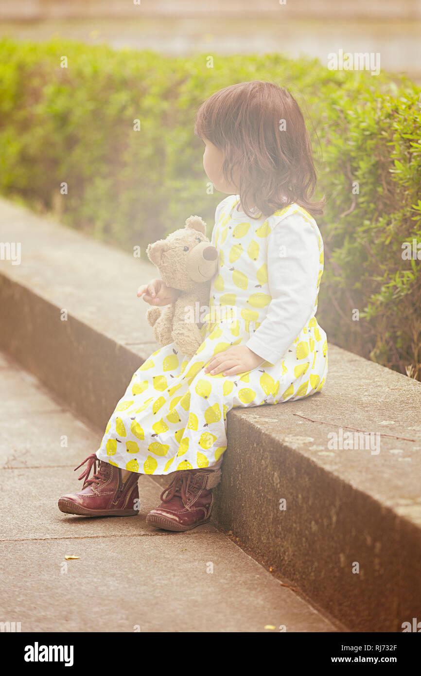 Mädchen, Stufe, sitzen, Teddy, halten, - Stock Image
