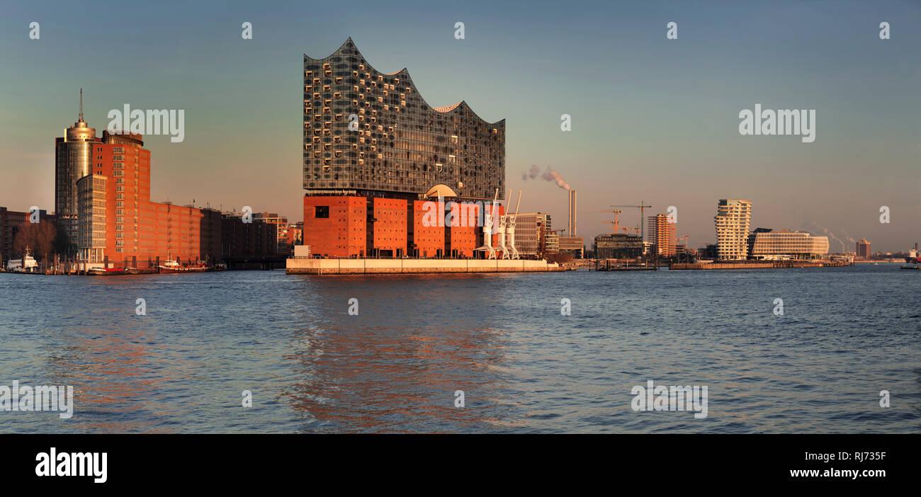 Blick über die Elbe zur HafenCity mit Elbphilharmonie, Marco-Polo-Tower und Unilever Zentrale, Hamburg, Deutschland - Stock Image