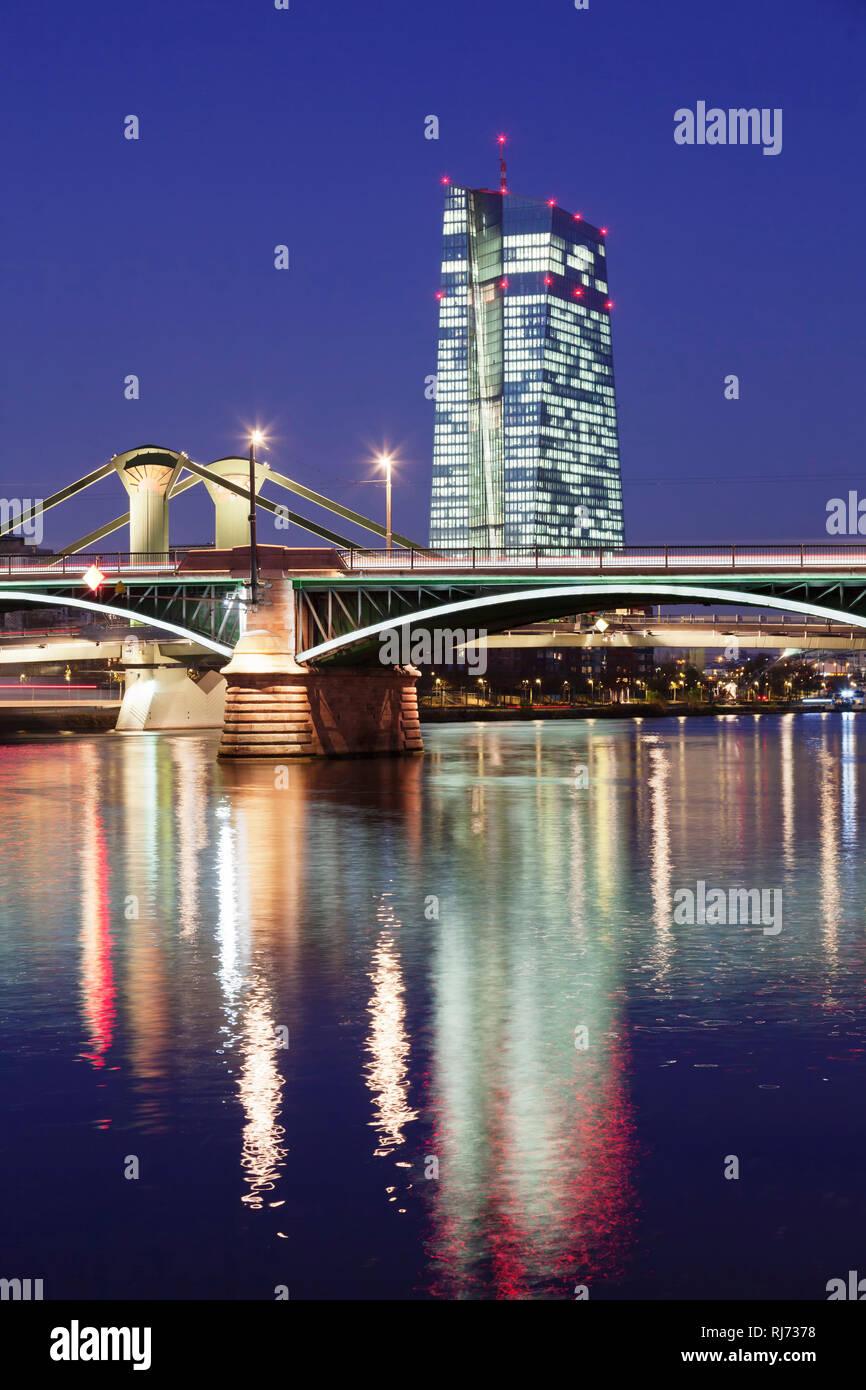 Blick über den Main zur Ignatz Bubis Brücke und zur Europäischen Zentralbank, Frankfurt, Hessen, Deutschland - Stock Image