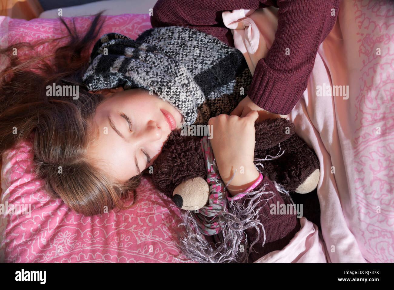 Mädchen, 12 Jahre alt, schlafend mit Stofftier - Stock Image