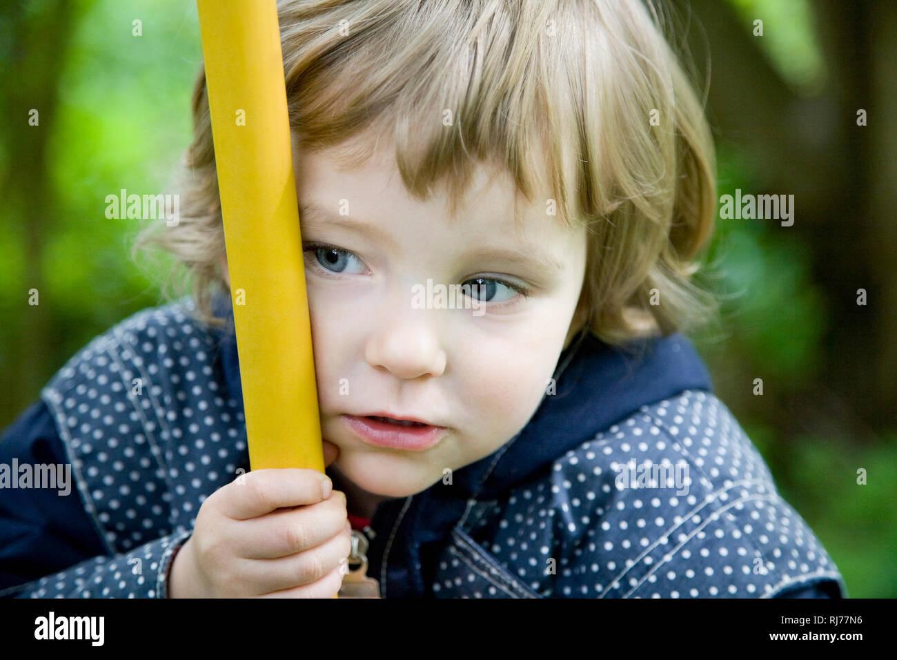 Mädchen, drei Jahre alt, auf einer Schaukel - Stock Image