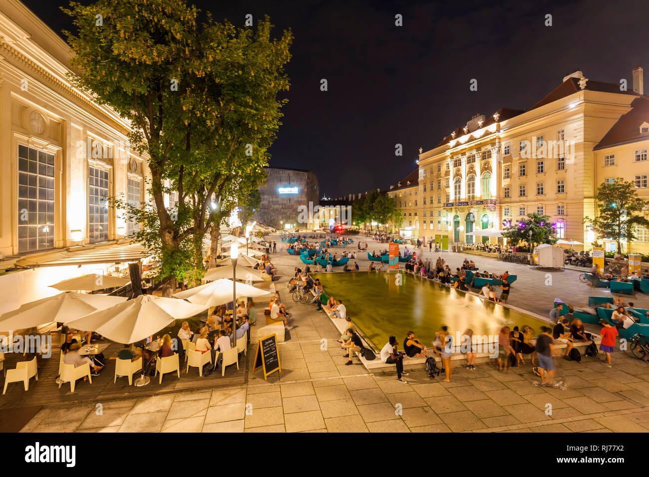 Österreich, Wien, Museumsquartier, MQ, Innenhof, verschiedene Museen, Mumok, Museum Moderner Kunst, Restaurants, Kneipen, Nachtleben - Stock Image