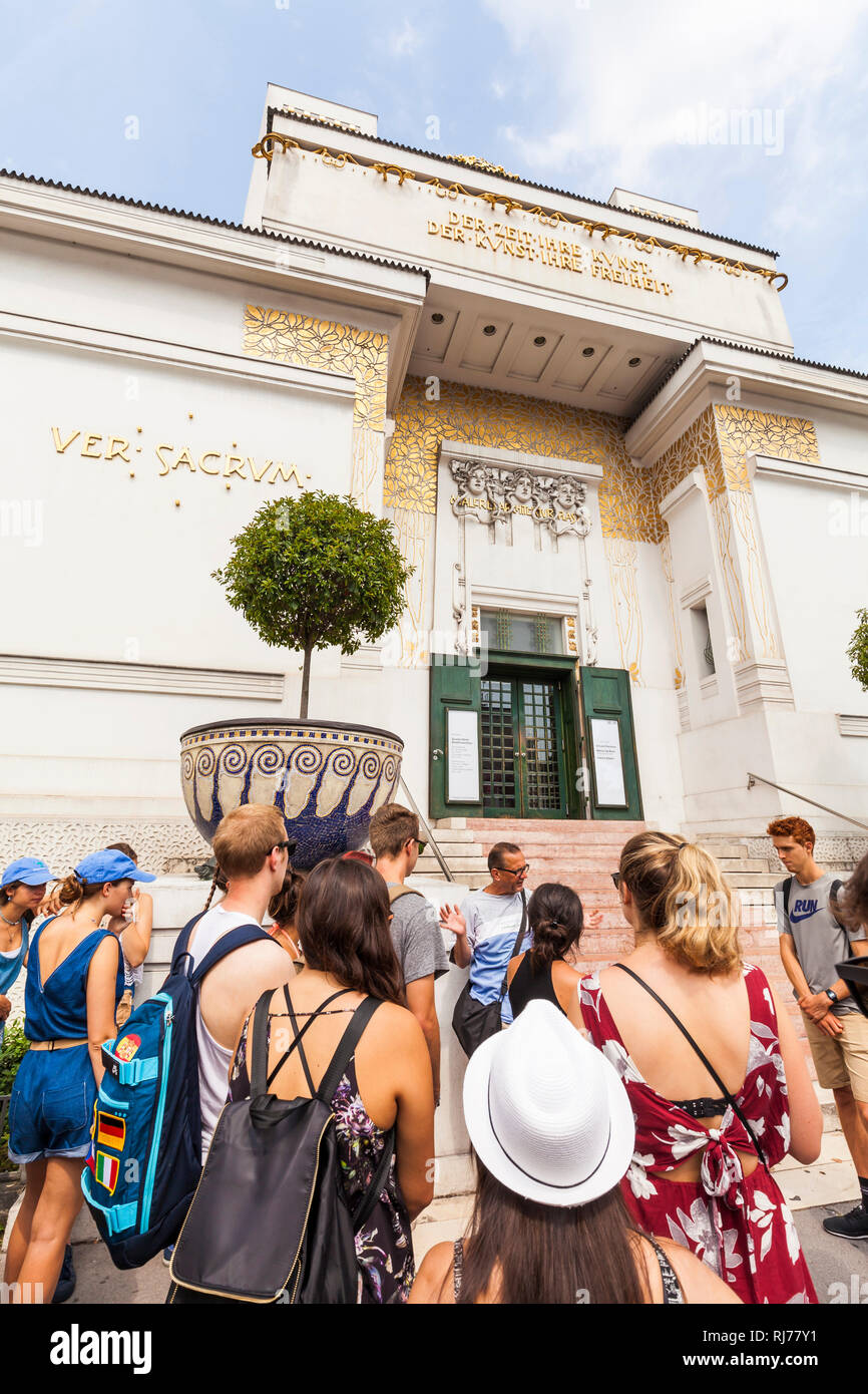 Österreich, Wien, Secession, Ausstellungsgebäude, Jugendstil, Architekt Josef Maria Olbrich, Schülergruppe, Schulklasse - Stock Image