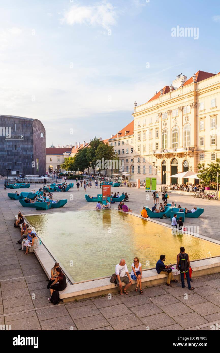 Österreich, Wien, Museumsquartier, MQ, Innenhof, verschiedene Museen, Mumok, Museum Moderner Kunst, Restaurants, Kneipen - Stock Image
