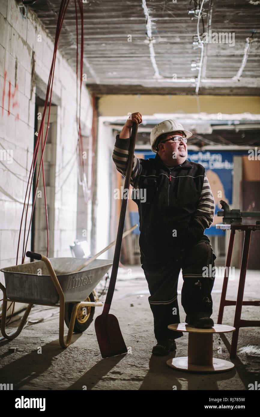 Geistig- und körperlich behinderter Hausmeister bei der Arbeit Stock Photo