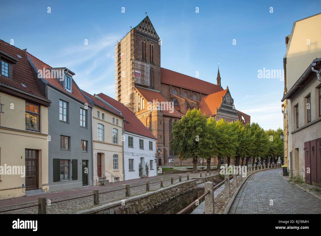 Gebäude und Kirche St. Nikolai in Wismar, Deutschland - Stock Image