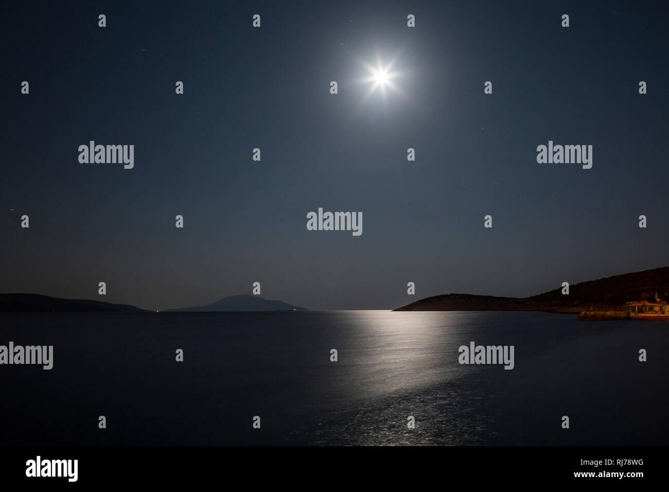 Mond spiegelt sich im kroatischen Meer - Stock Image