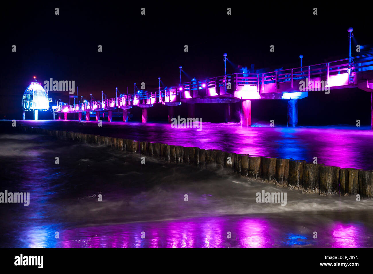 Beleuchtete Seebrücke in Zingst, Lichtkunst - Stock Image