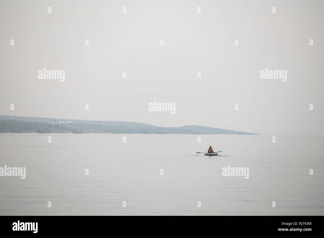 einzelnes Schlauchboot auf dem Wasser - Stock Image