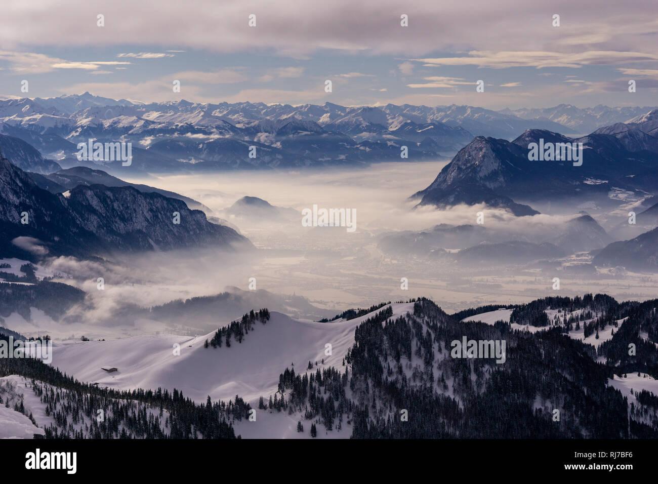 Blick vom Geigelstein auf Nebel und schneebedeckte Bergkette - Stock Image