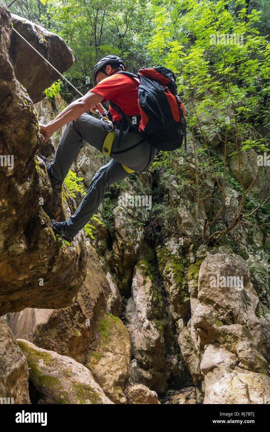 Albanien, Balkanhalbinsel, Südosteuropa, Republik Albanien, Klettern in der Gjipe Schlucht - Stock Image