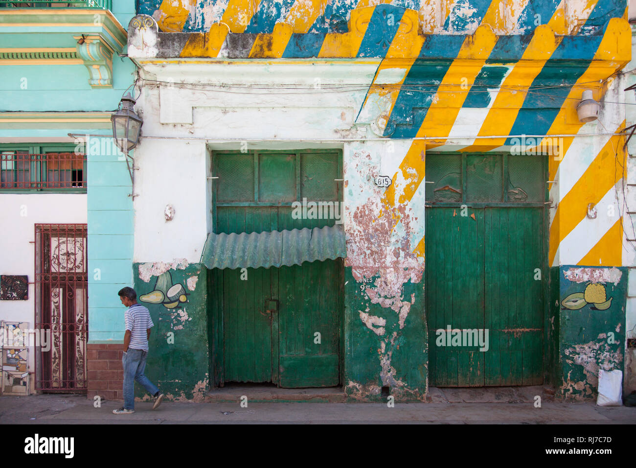 Karibik, Kuba, Cuba, Havanna, La Habana, bunte Hausfassade mit grünen Türen - Stock Image