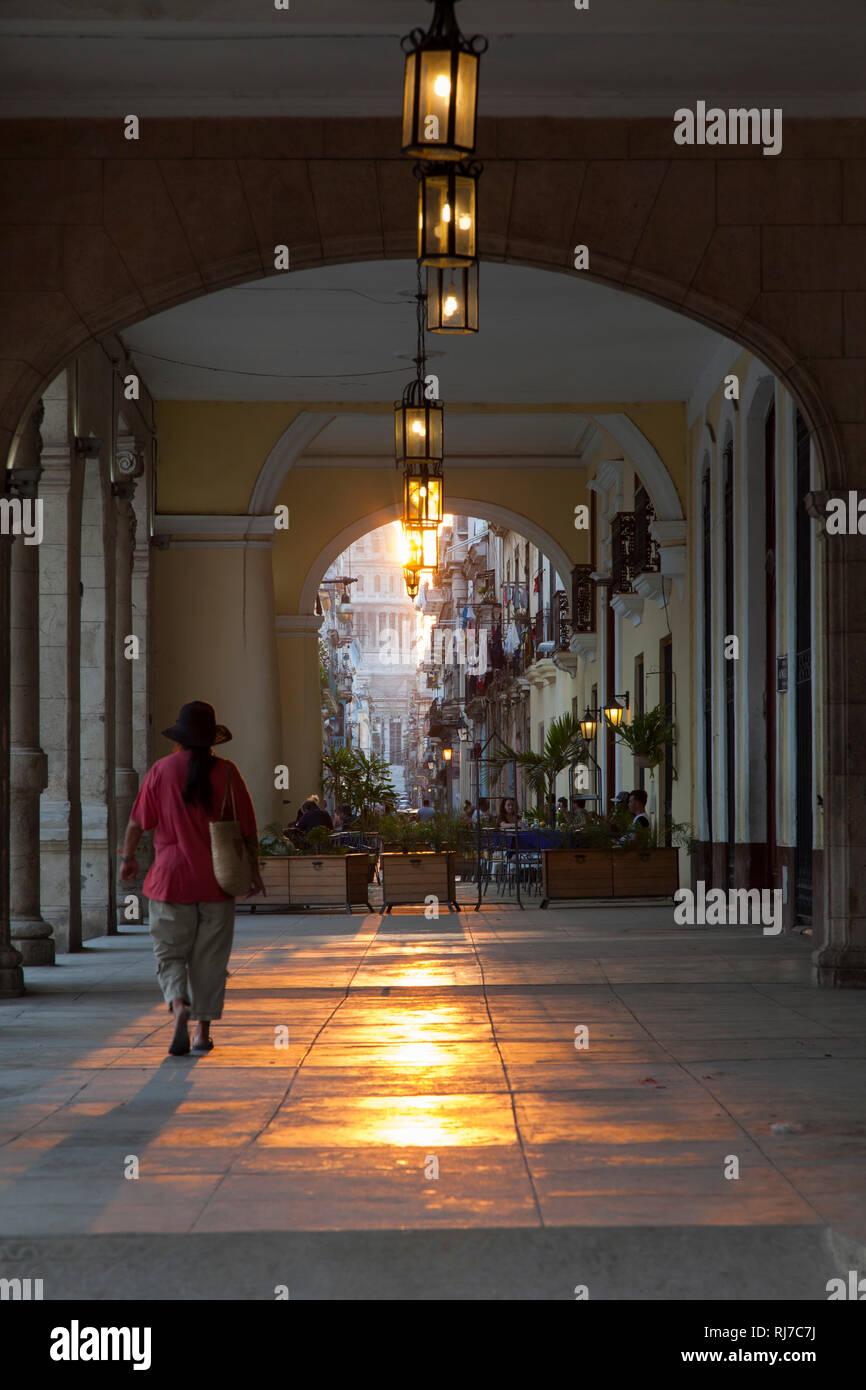 Karibik, Kuba, Cuba, Havanna, La Habana, Plaza Vieja, Frau läuft durch Arkaden Richtung Capitol Stock Photo