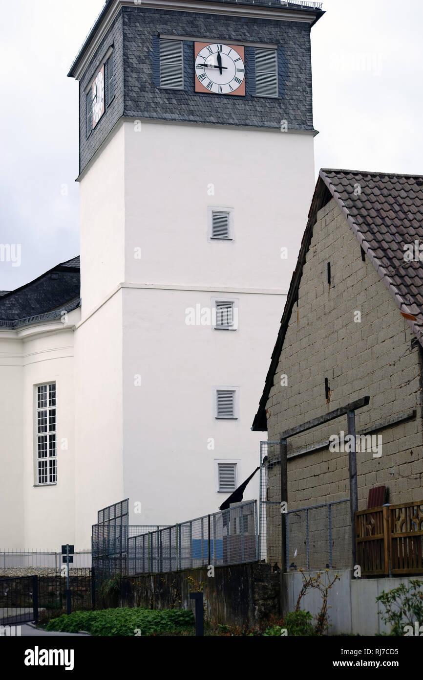Der weiße Uhrenturm der Evangelischen Kirche in Taunusstein-Wehen. - Stock Image