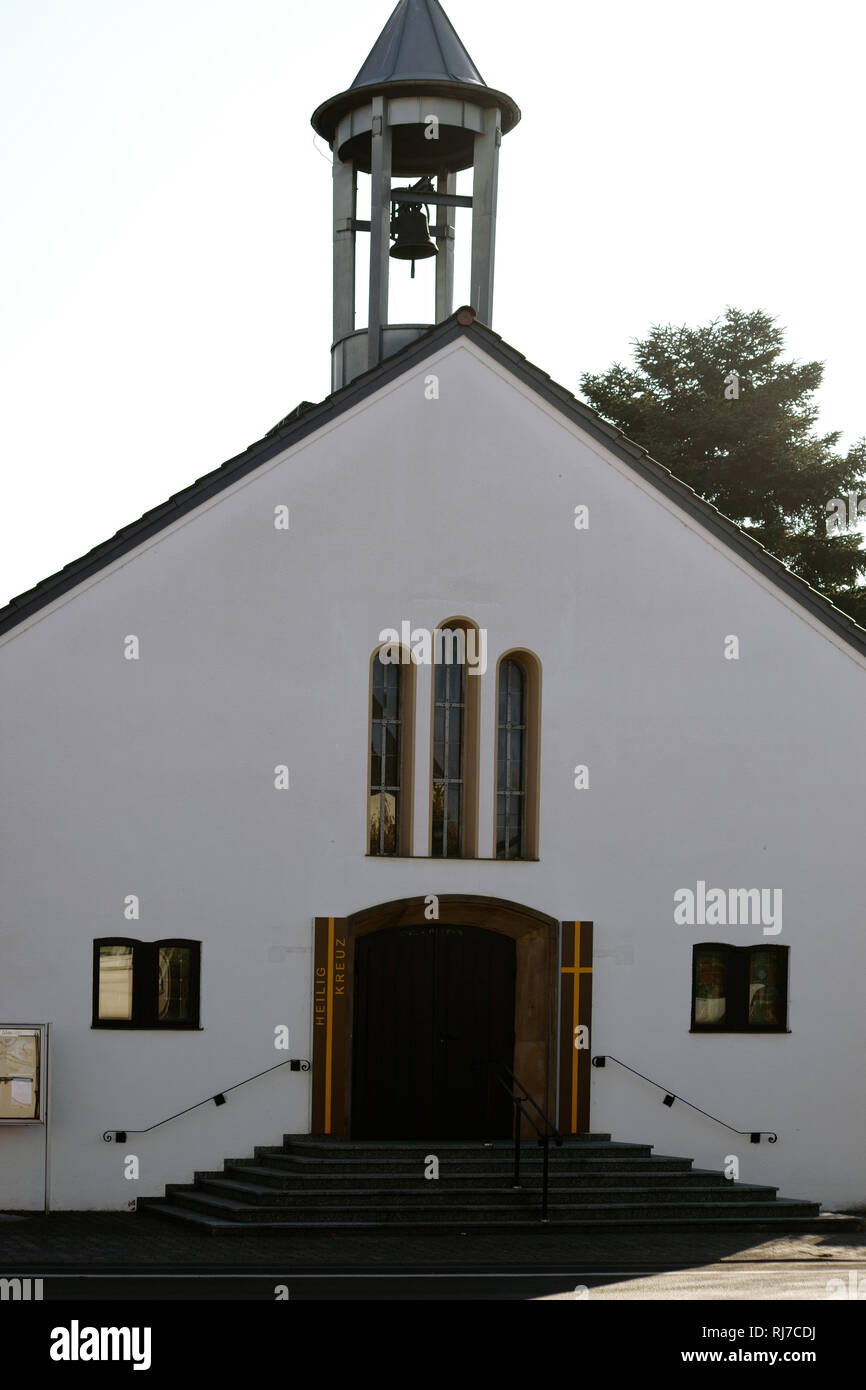 Der Eingang und der Glockenturm der Evangelischen Kirche Heilig Kreuz in Griesheim. - Stock Image