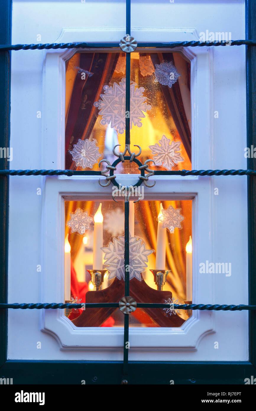 Weihnachtsbeleuchtung Dachfenster.Weihnachtsbeleuchtung Stock Photos Weihnachtsbeleuchtung Stock