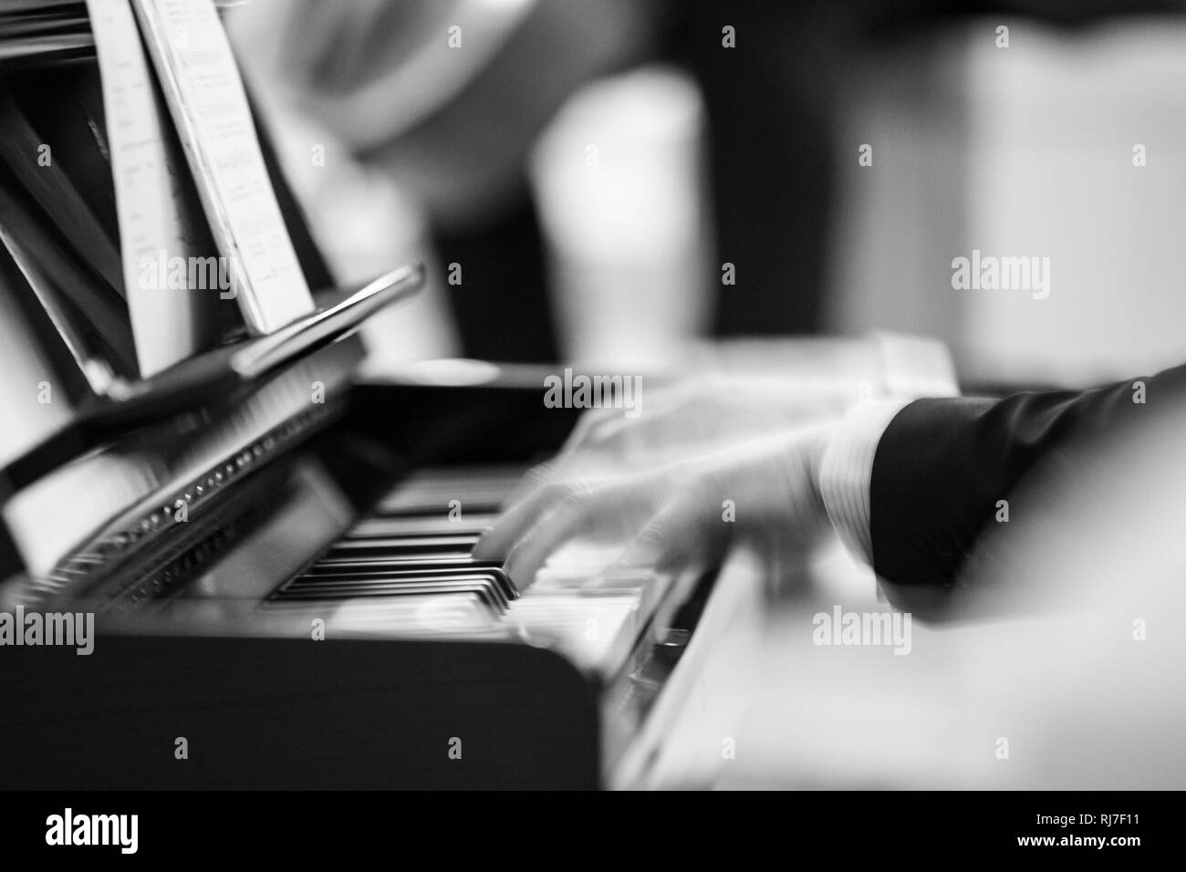 Hände am Klavier in Bewegung - Stock Image