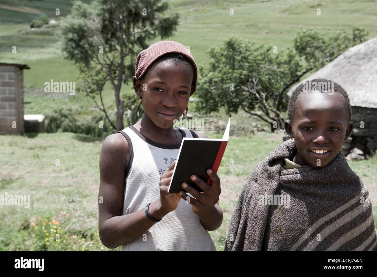 Kinder mit Schulheft - Stock Image