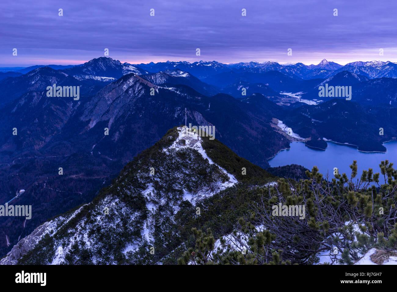 Deutschland, Bayern, Bayerische Alpen, Walchensee, Wanderer am Herzogstandgipfel vor Bergpanorama im Winter Stock Photo