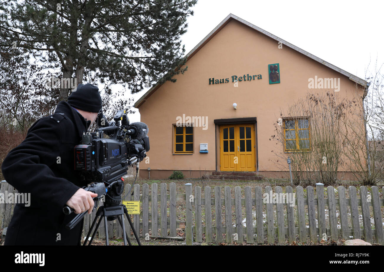 Neubrandenburg, Germany. 05th Feb, 2019. A cameraman films the house in Alt Rehse, where a 53-year-old defendant allegedly tortured a young woman to death. The Neubrandenburg Regional Court has been hearing the case since 05.02.2019. A 53-year-old man had tied up his girlfriend and let her die because he felt persecuted. The first sentence was overturned. Credit: Bernd Wüstneck/dpa/Alamy Live News - Stock Image
