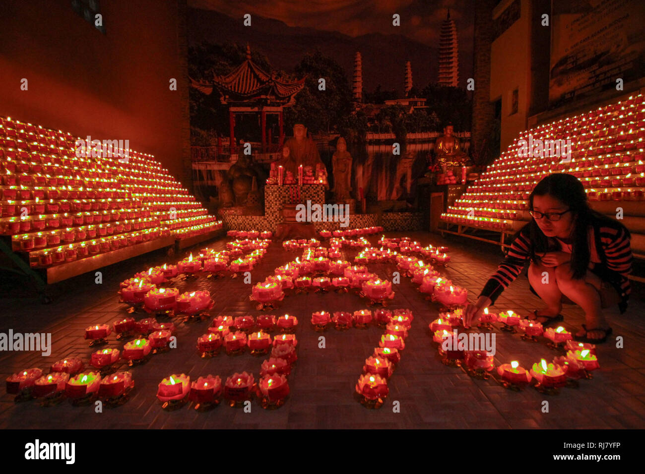 Palembang, South Sumatra, Indonesia. 4th Feb, 2019. Indonesia chinese pray at Dharmakirti temple during celebrate Chinese Lunar New Years on February 04, 2019 in Palembang city, South Sumatra province, Indonesia. Credit: Sijori Images/ZUMA Wire/Alamy Live News - Stock Image