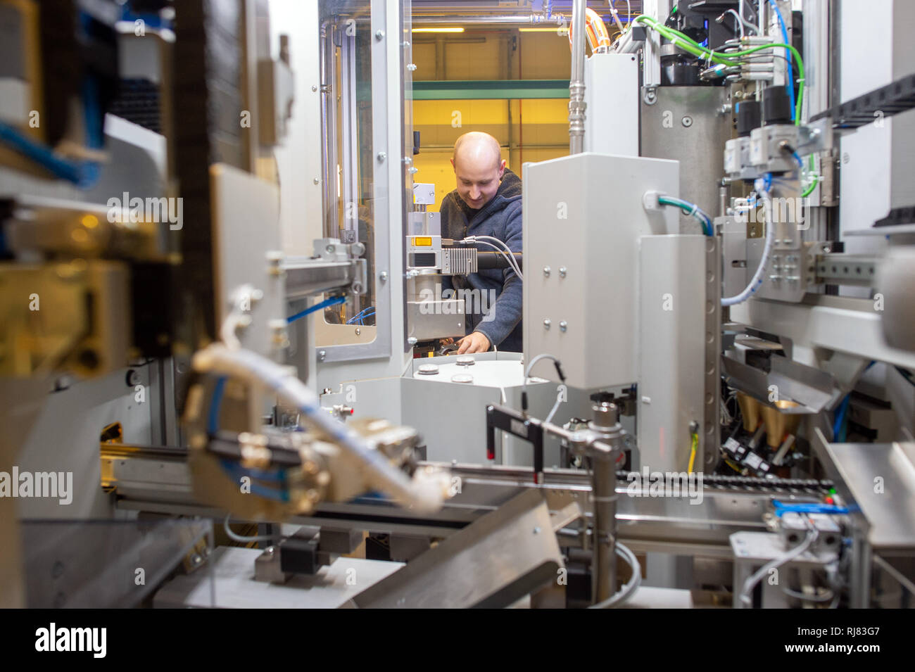 Barleben, Germany. 05th Feb, 2019. A Symacon employee is working on a friction welding machine. Symacon, based in the Börde region of Germany, is investing millions to adapt to current technological changes. For its expansion plans, the company received the corresponding funding commitments from the state. The company manufactures machines that use the so-called friction welding process. Credit: Klaus-Dietmar Gabbert/dpa-Zentralbild/ZB/dpa/Alamy Live News - Stock Image