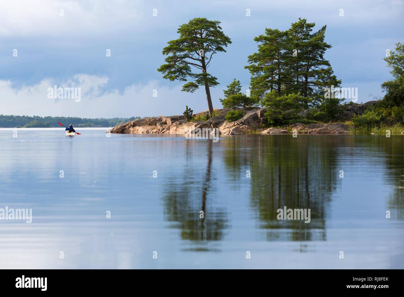 Schweden, Schärengarten, einzelner Kajakfahrer in Landschaft - Stock Image