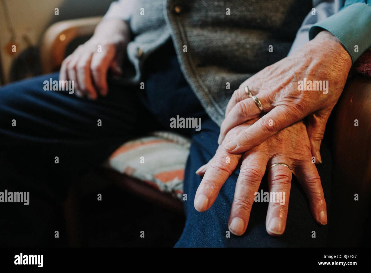 Hände altes Ehepaar mit Ehering - Stock Image