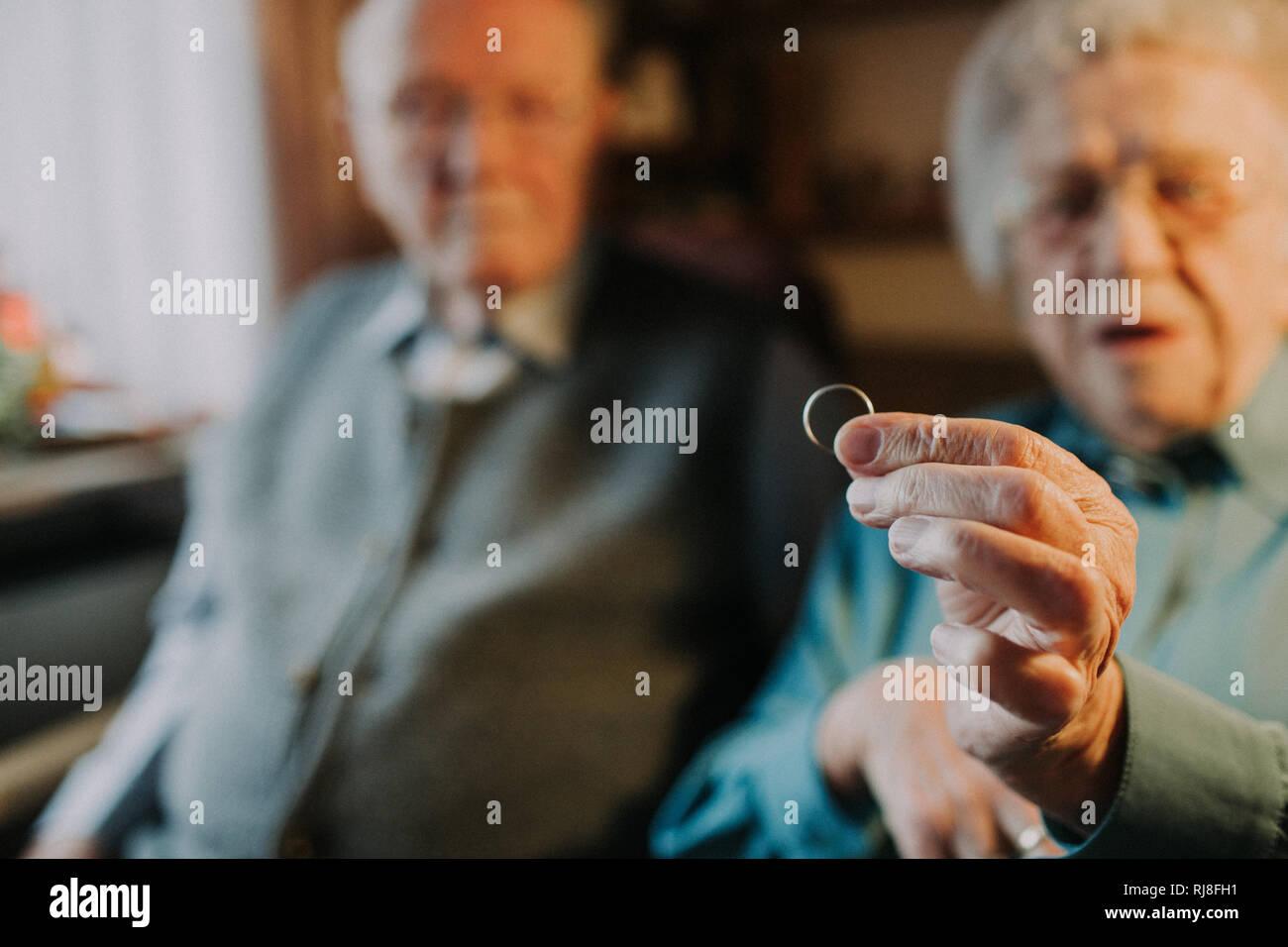 Seniorenpaar, Frau hält Ehering in die Kamera - Stock Image
