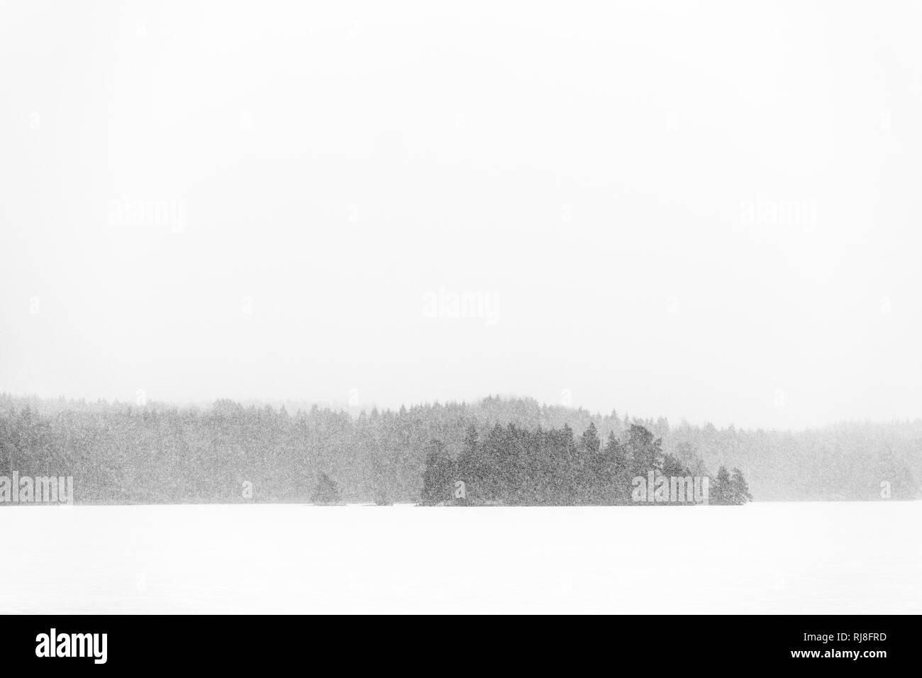 Schweden, Insel auf See im Schneesturm - Stock Image