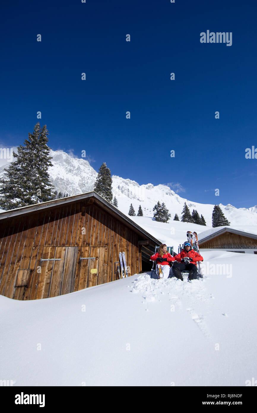 Paar macht Pause im Skigebiet Ehrwalder Alm, Wettersteingebirge, Tirol, Österreich Stock Photo