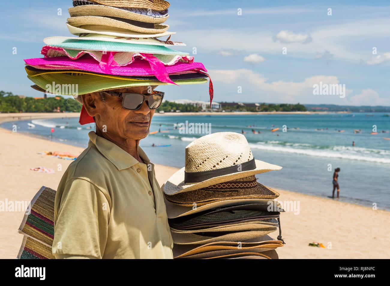 Hutverkäufer am Kuta Beach - Stock Image