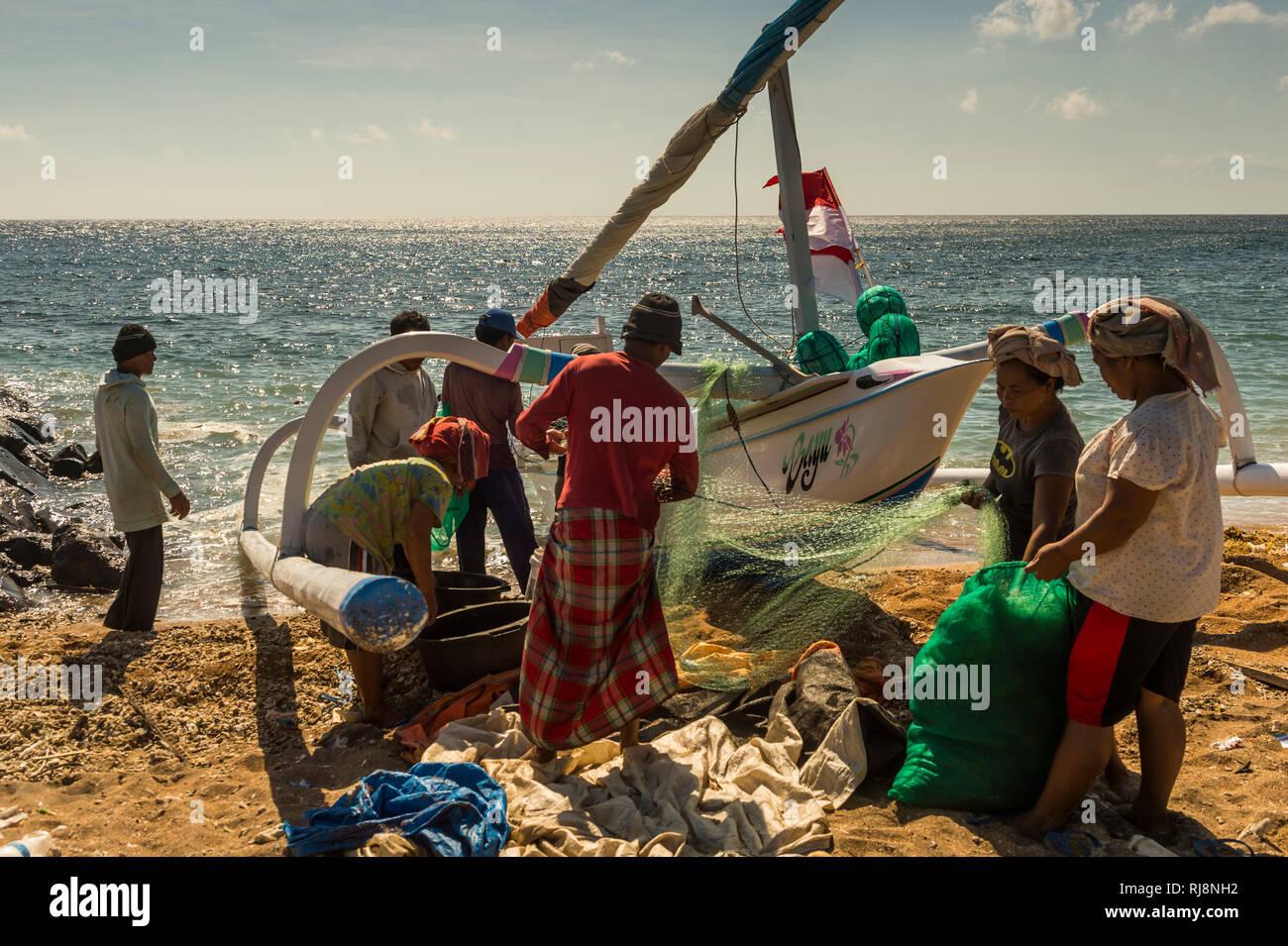 Amed, Fischer bei der Arbeit am Strand - Stock Image