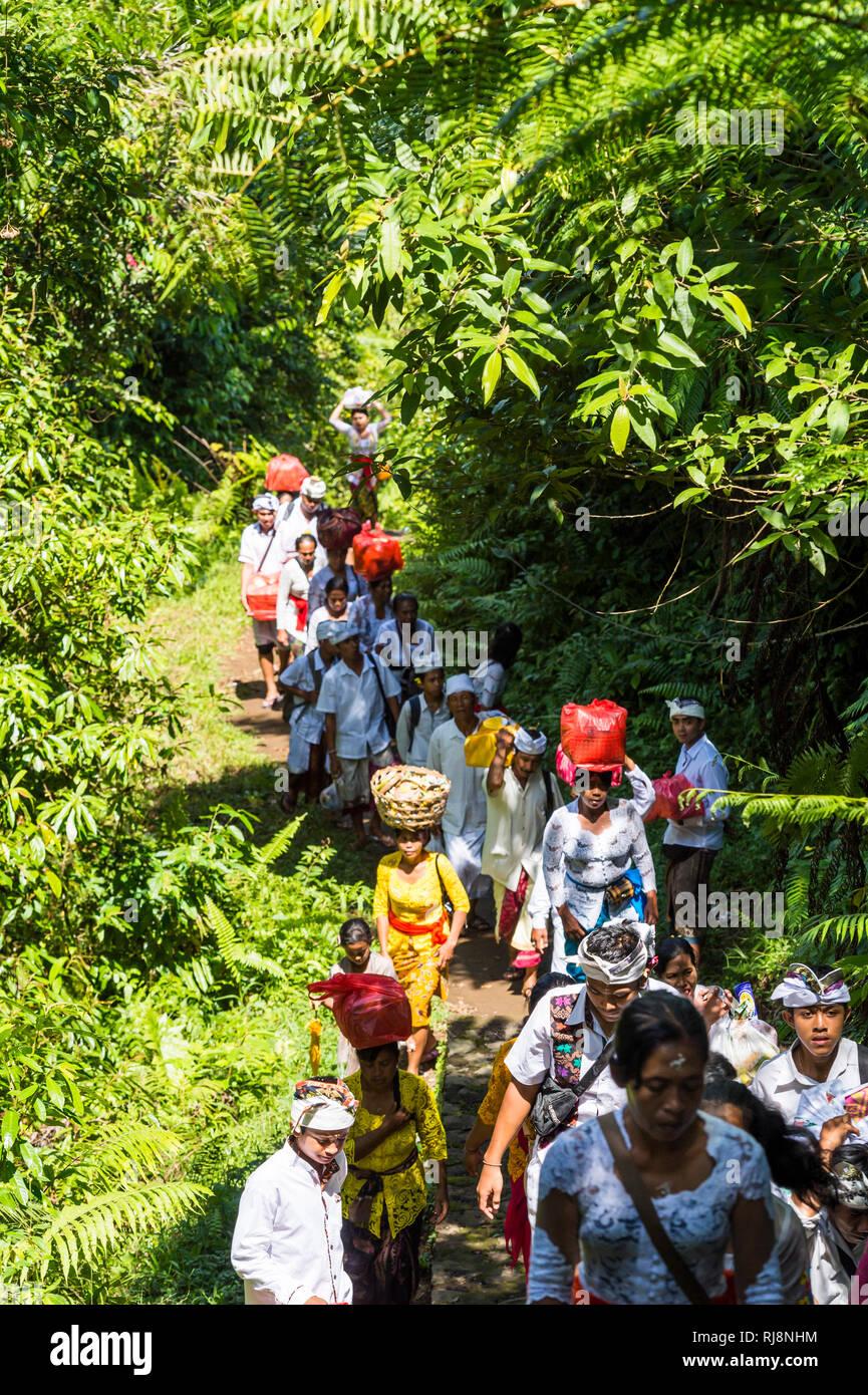 Menschen erklimmen die Treppen am Vulkan Gunung Lempuyan - Stock Image