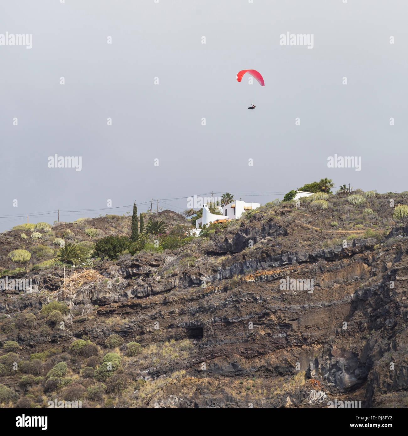 Gleitschirmflieger über der Felswand von Puerto Naos, La Palma, Kanarische Inseln, Spanien - Stock Image
