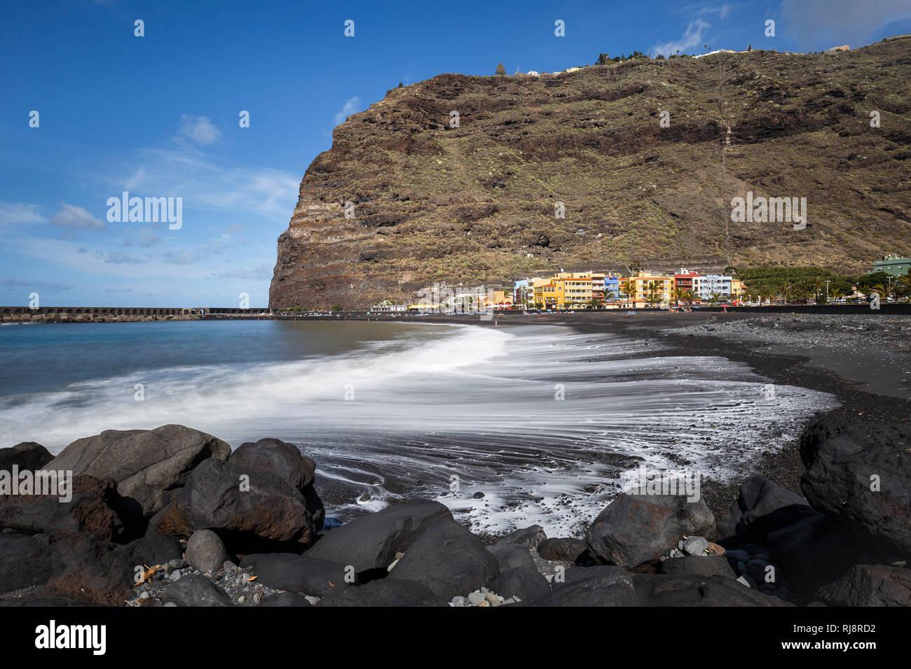 schwarzer Strand und bunte Häuser in Puerto de Tazacorte, La Palma, Kanarische Inseln, Spanien Stock Photo