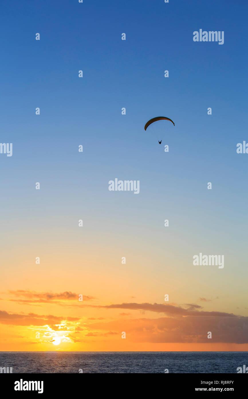 Gleitschirmflieger, Sonnenuntergang, Puerto Naos, La Palma, Kanarische Inseln, Spanien - Stock Image
