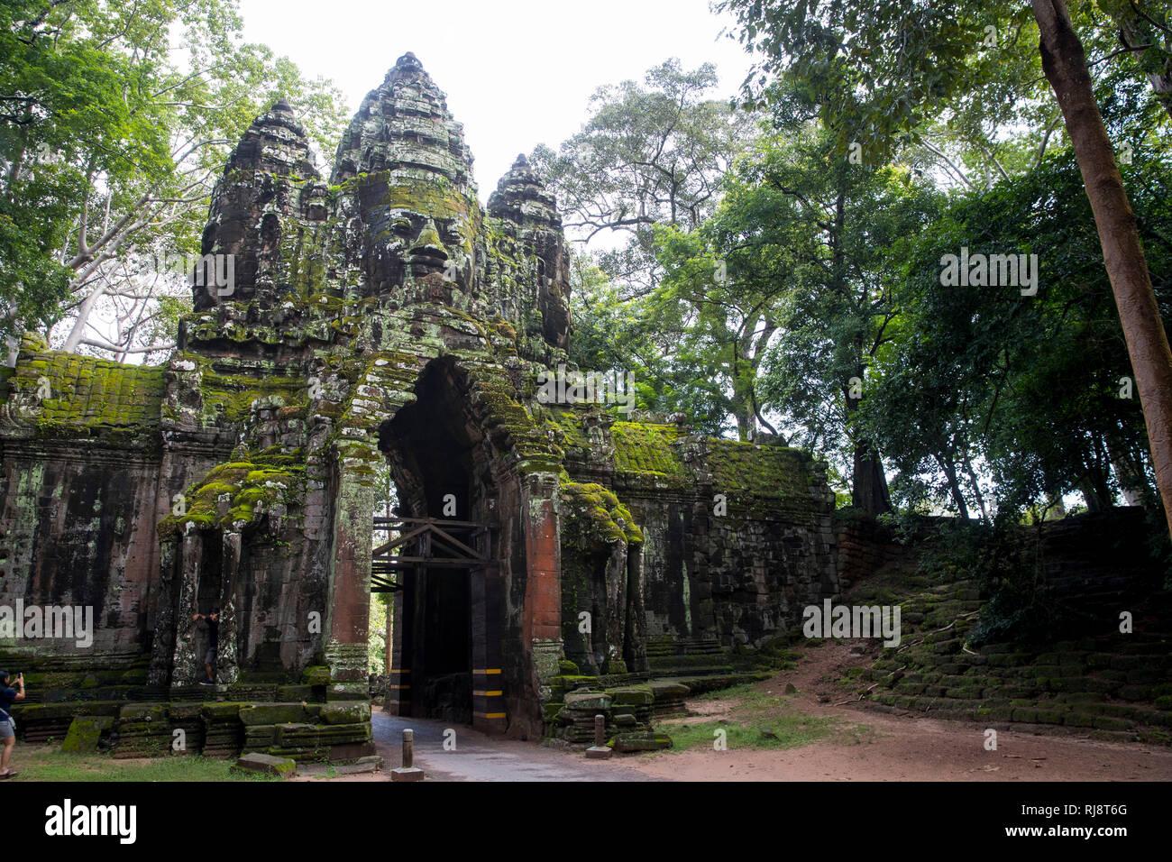 Siem Reap, Angkor, ein Tor von Angkor Thom, ehemalige Stadt die damals die Größe von Manhattan hatte, heute eine touristische Sehenswürdigkeit - Stock Image