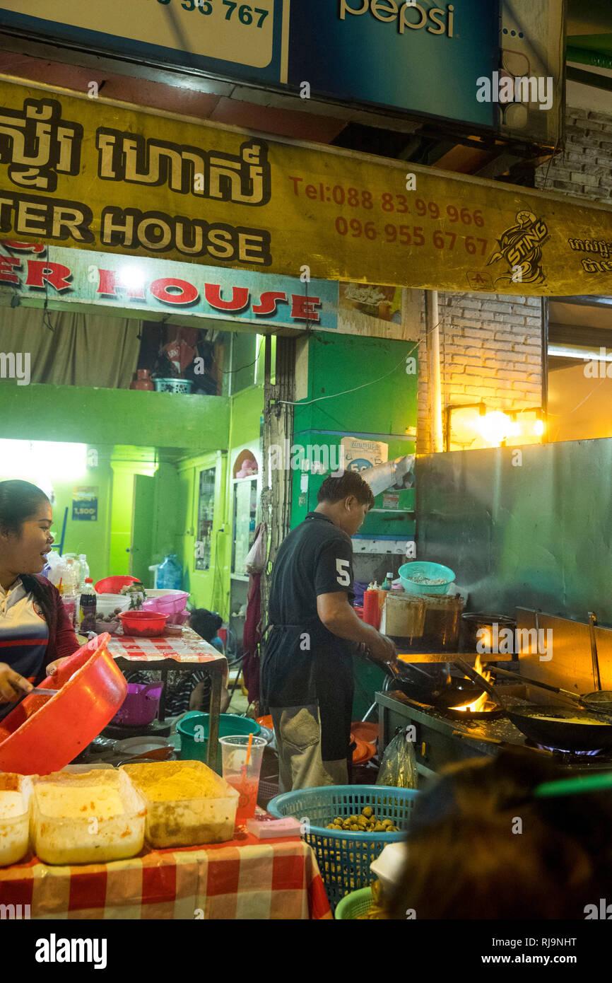 Kambodscha, Phnom Penh, Straßenrestaurant 'Oyster House', es wird auf der Straße gekocht und gegessen, sehr leckere Meeresfrüchte und Fisch - Stock Image