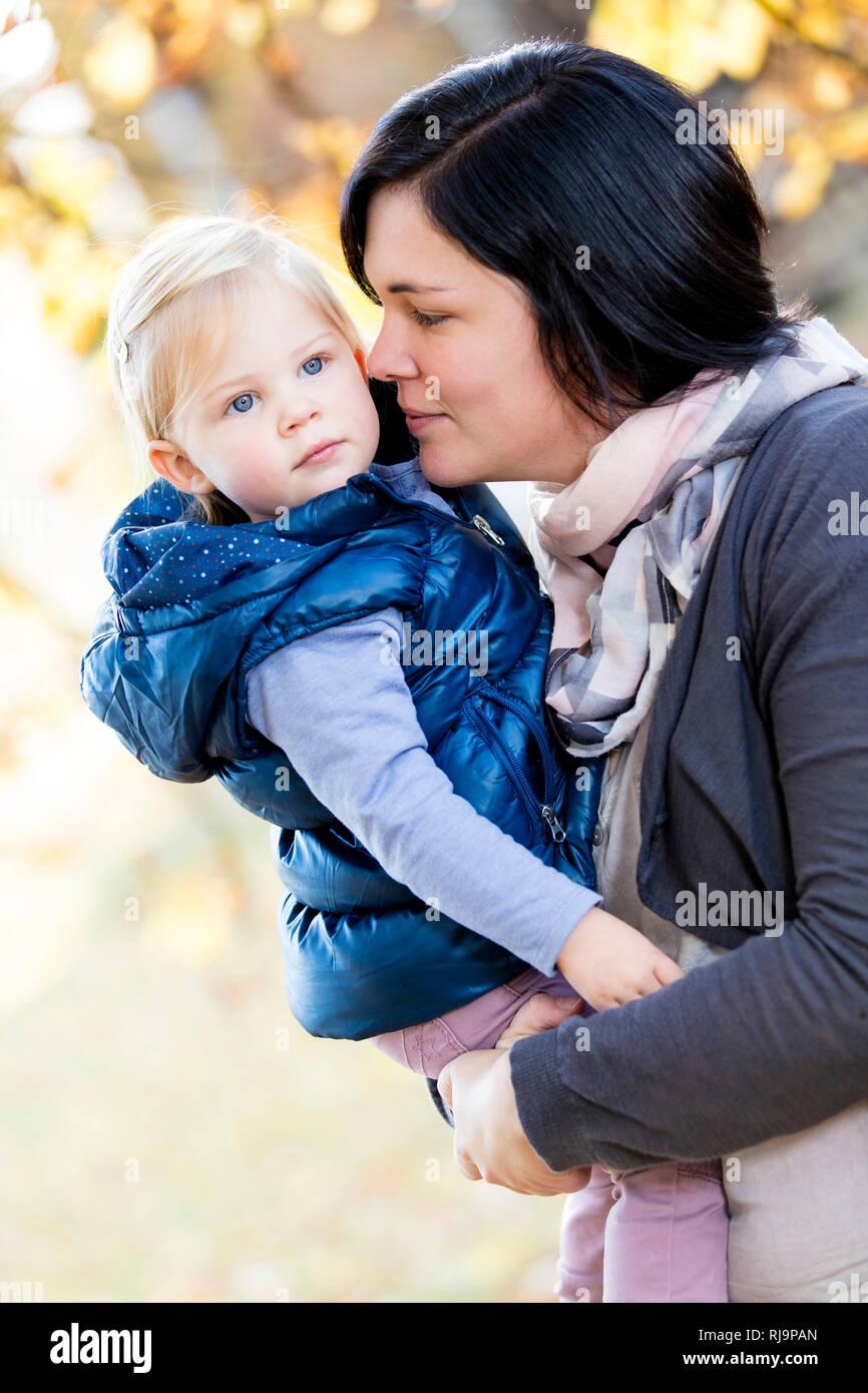 Frau, Kind, Mutter, Tochter, Portrait, Park, Herbstausflug, Herbsttag, Herbstspaziergang, Bad Kissingen, Bayern, - Stock Image