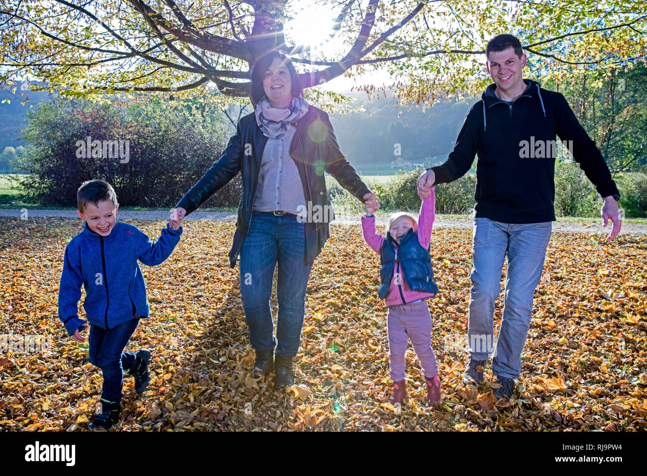 Familie beim Herbstspaziergang, Park, Herbstausflug, Herbsttag, Bad Kissingen, Bayern, - Stock Image