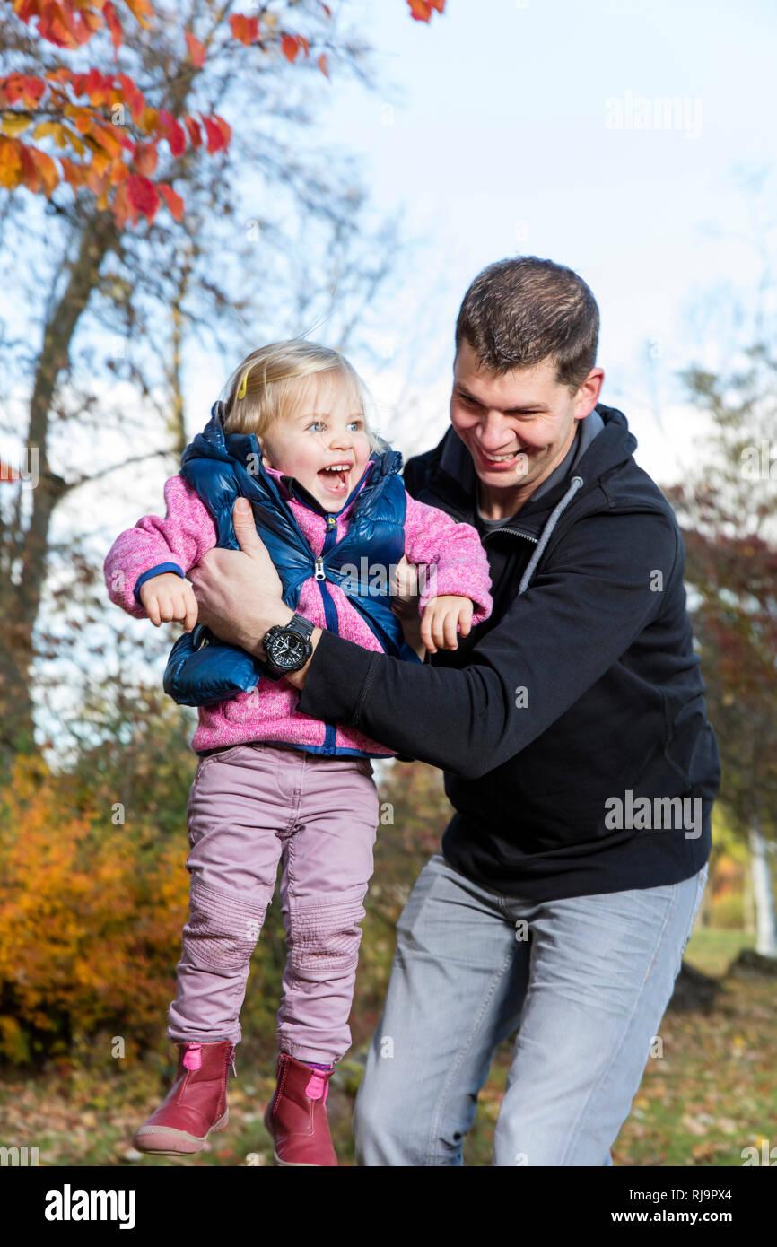 Vater und Tochter im Park, Herbstausflug, Herbsttag, Herbstspaziergang, Bad Kissingen, Bayern - Stock Image
