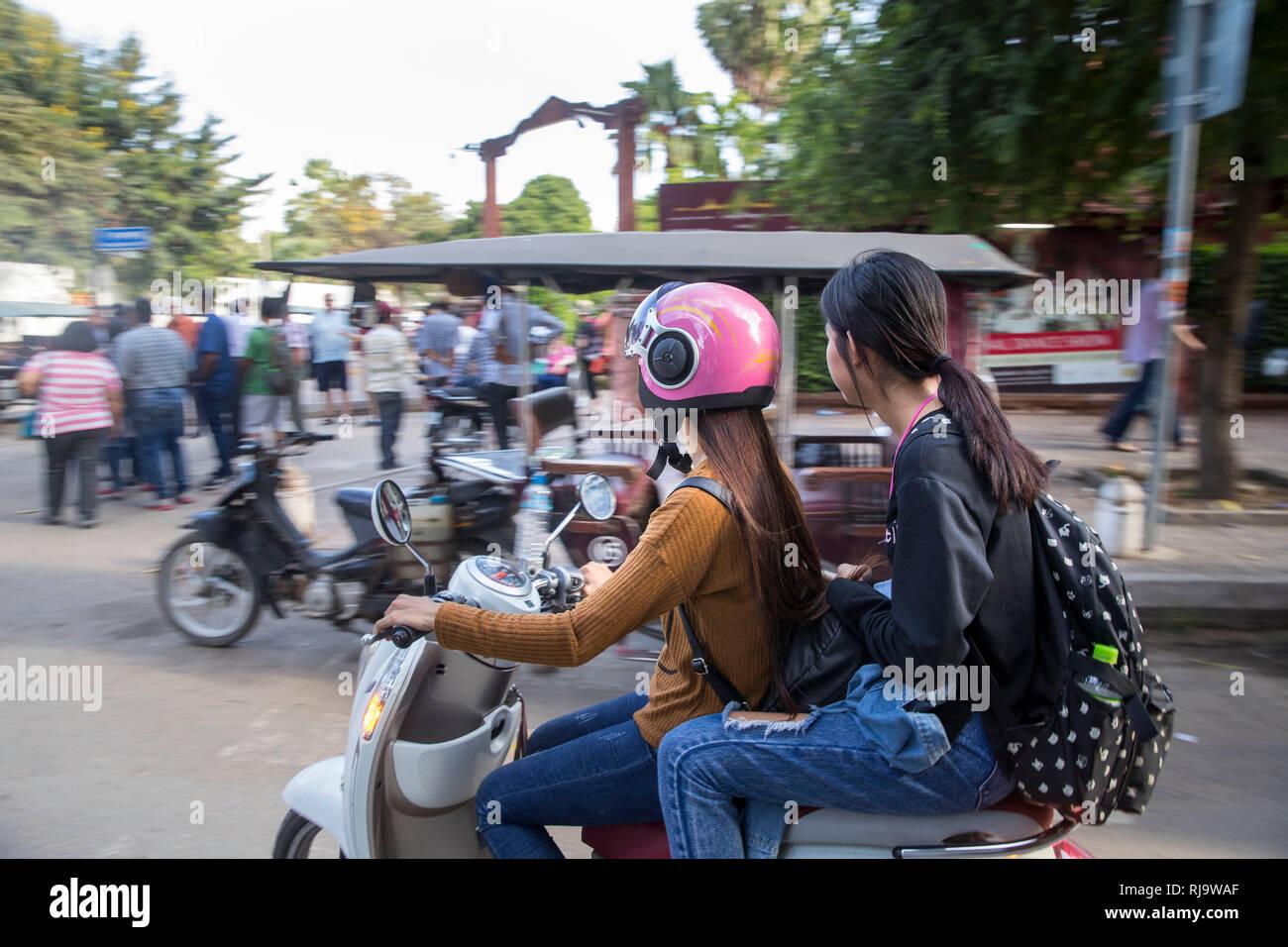 Kambodscha, Phnom Penh, Freundinnen auf einem Mofa Stock Photo